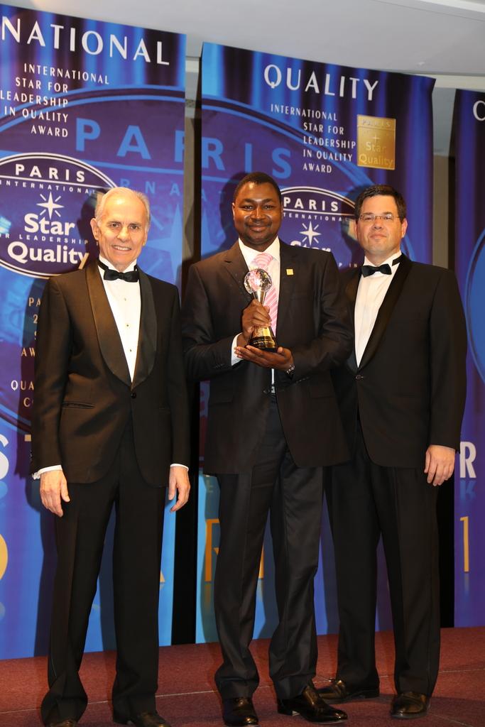 Mr GOW Siaka au milieu, Coordonnateur Afrique de OTC, entouré du Président et du Vice-Président du comité de remise des prix ISLQ, à Paris le 21 Juin 2014