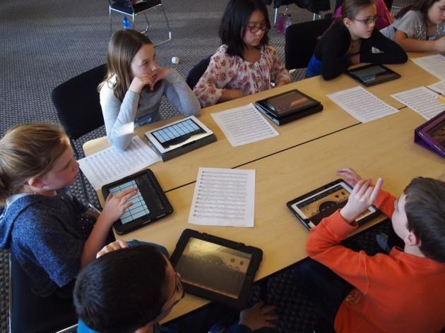 Les manuels électroniques et les écrans s'imposent à l'école, lentement