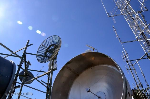 POURQUOI SEULES LES ONDES RADIO PASSENT-ELLES LES MURS ?