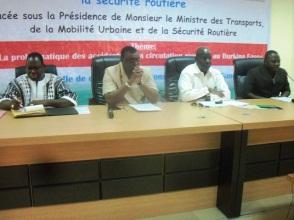 Présidium :De la droite vers la gauche : le 1er Adjoint au Maire de Gaoua, Djénité Hien, le Gouverneur Tagsseba Nitièma, le Directeur Général de l'ONASER Mamadou OUATTARA et Ousmane Badini DR/Transport du Sud-Ouest.