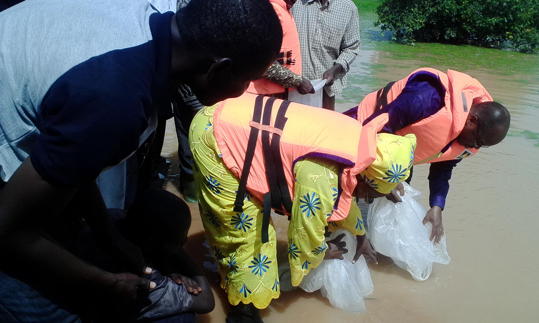 Le Ministre, Mme le Haut-commissaire, Mme la première adjointe au maire ont procédé à l'empoisonnement du barrage.