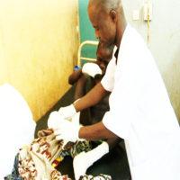 Roland SOME recevant des soins au CHR/Gaoua