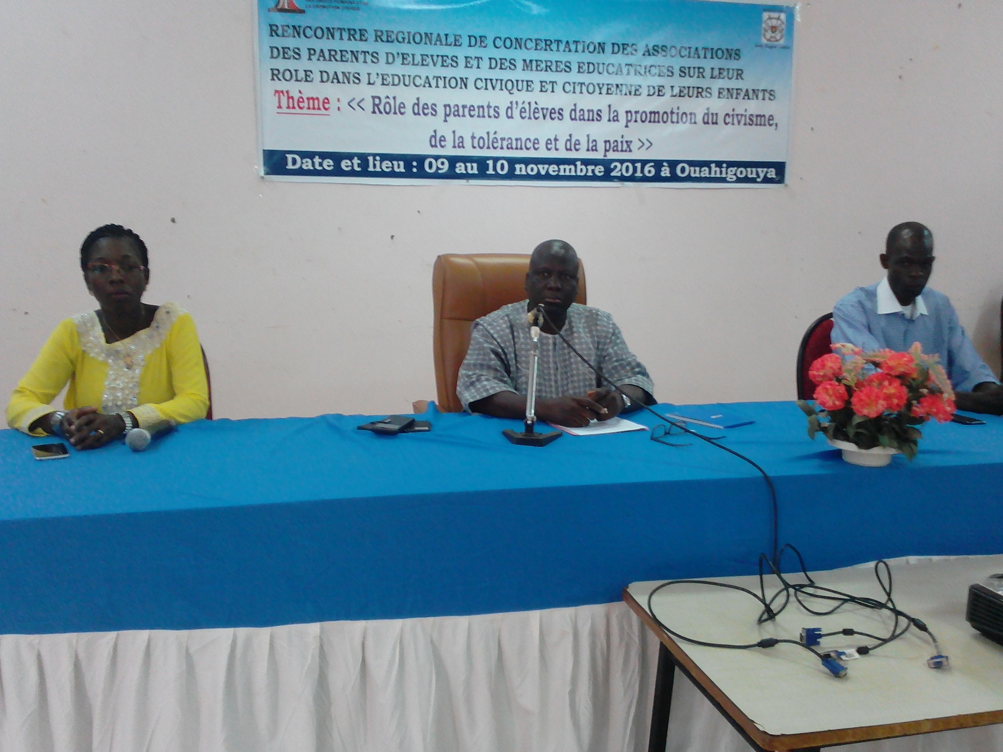 De gauche à droite, la directrice générale de la promotion civique, le secrétaire général représentant le gouverneur, le directeur régional du Nord.