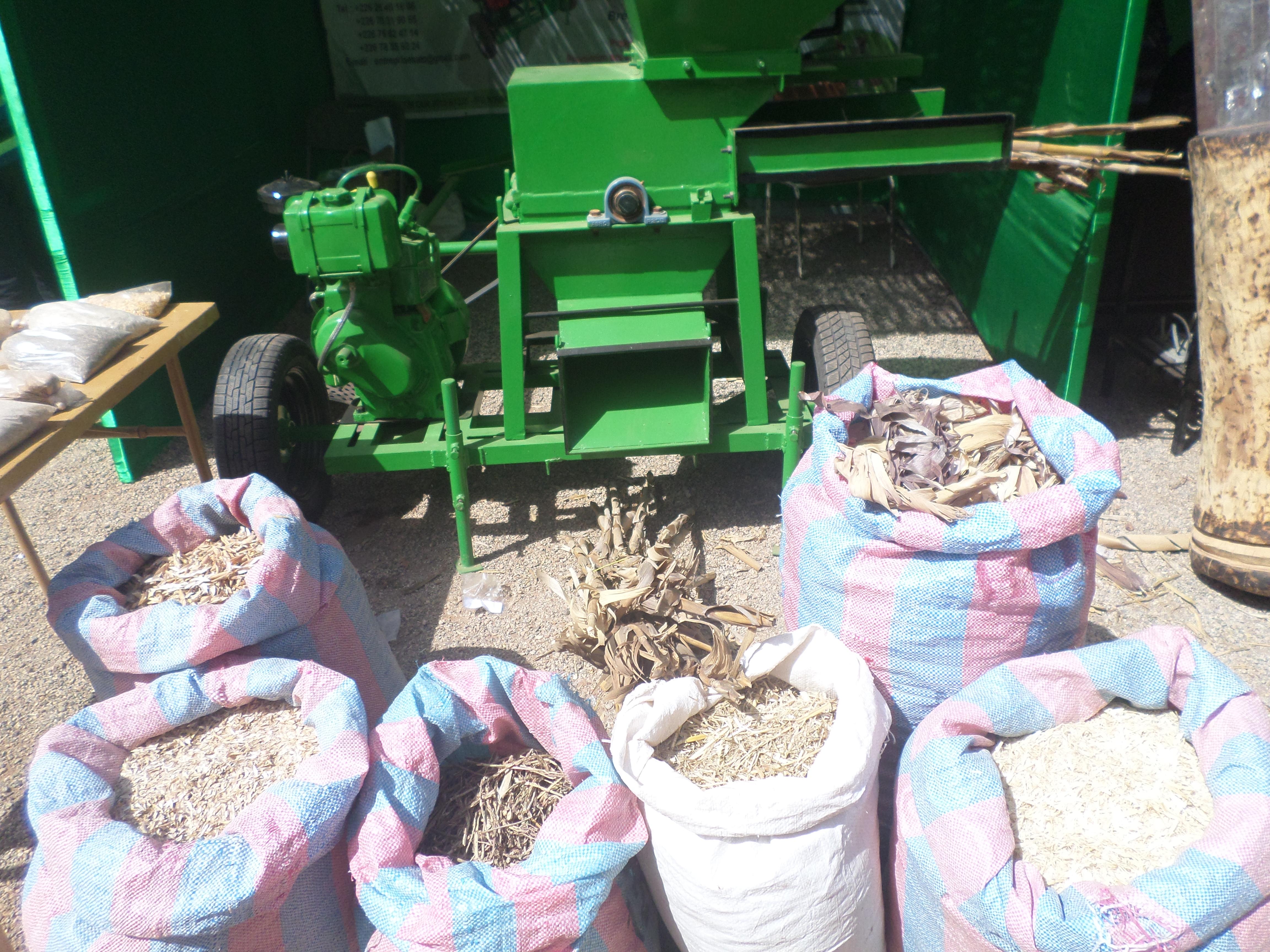 Machine à broyeur d'aliments pour animaux et bétail pour résoudre le manque en période de soudure.