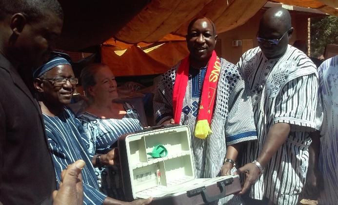 Paul Kaba Thiéma reçoit symboliquement.