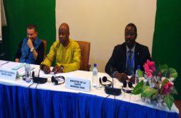 Le directeur général de l'organisation ouest africaine de la santé (OOAS), le Dr Xavier Crispen (le blanc) a invité les acteurs à formuler des observations nécessaires à la rédaction du journal.