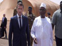 Le président français Emmanuel Macron, accueillit à Gao par son homologue malien Ibrahim Boubacar Keïta, le 19 mai 2017